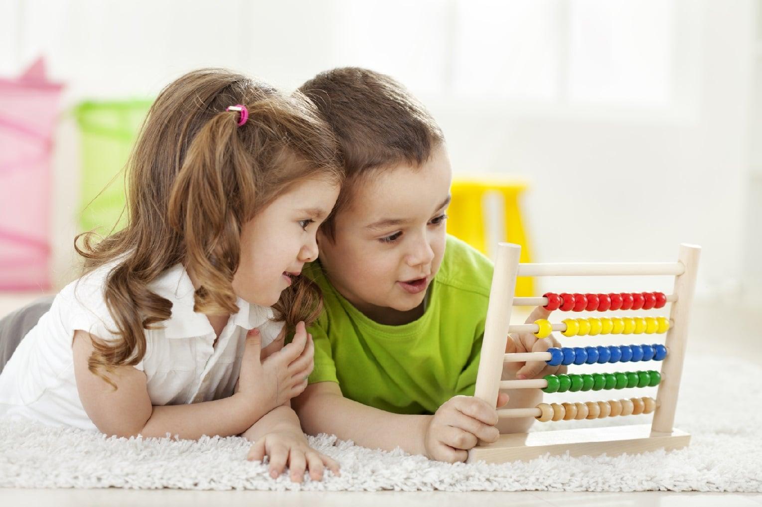 Aprendizaje temprano bilingüe en Valencia - niños con abaco