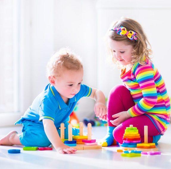 Aprendizaje temprano bilingüe en Valencia - niños con torres