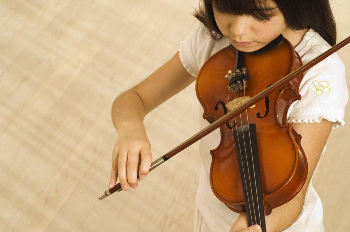 clases de violín para niños en Valencia - niña de blanco