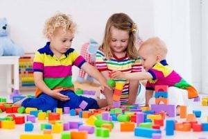 proyecto educativo de escuela infantil en Valencia - niños con bloques