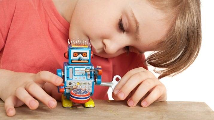 robotica para niños en Valencia - niña y robot