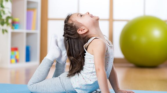 yoga para niños en Valencia - niña en esterilla