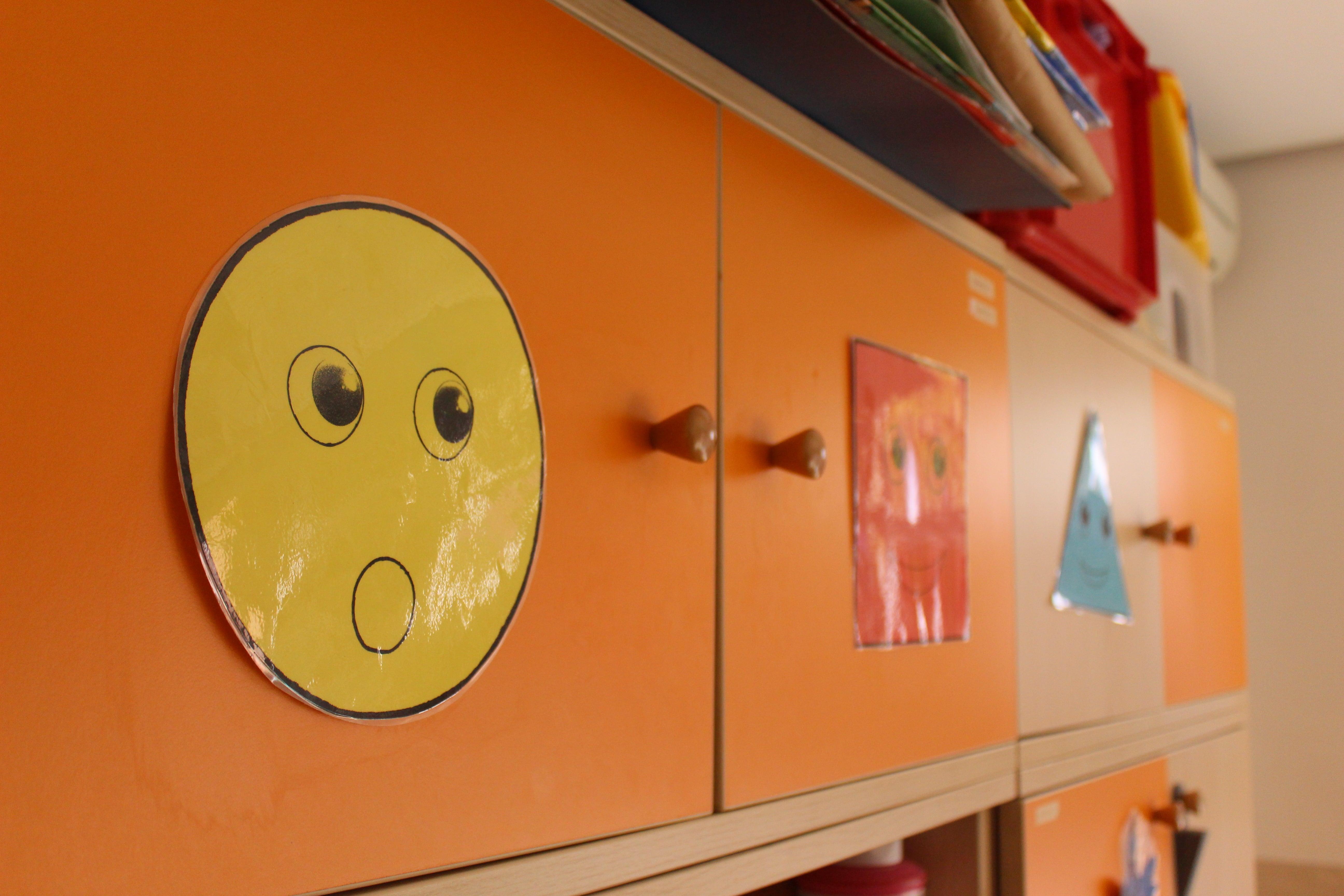escuela infantil bilingüe en Valencia - armario naranja