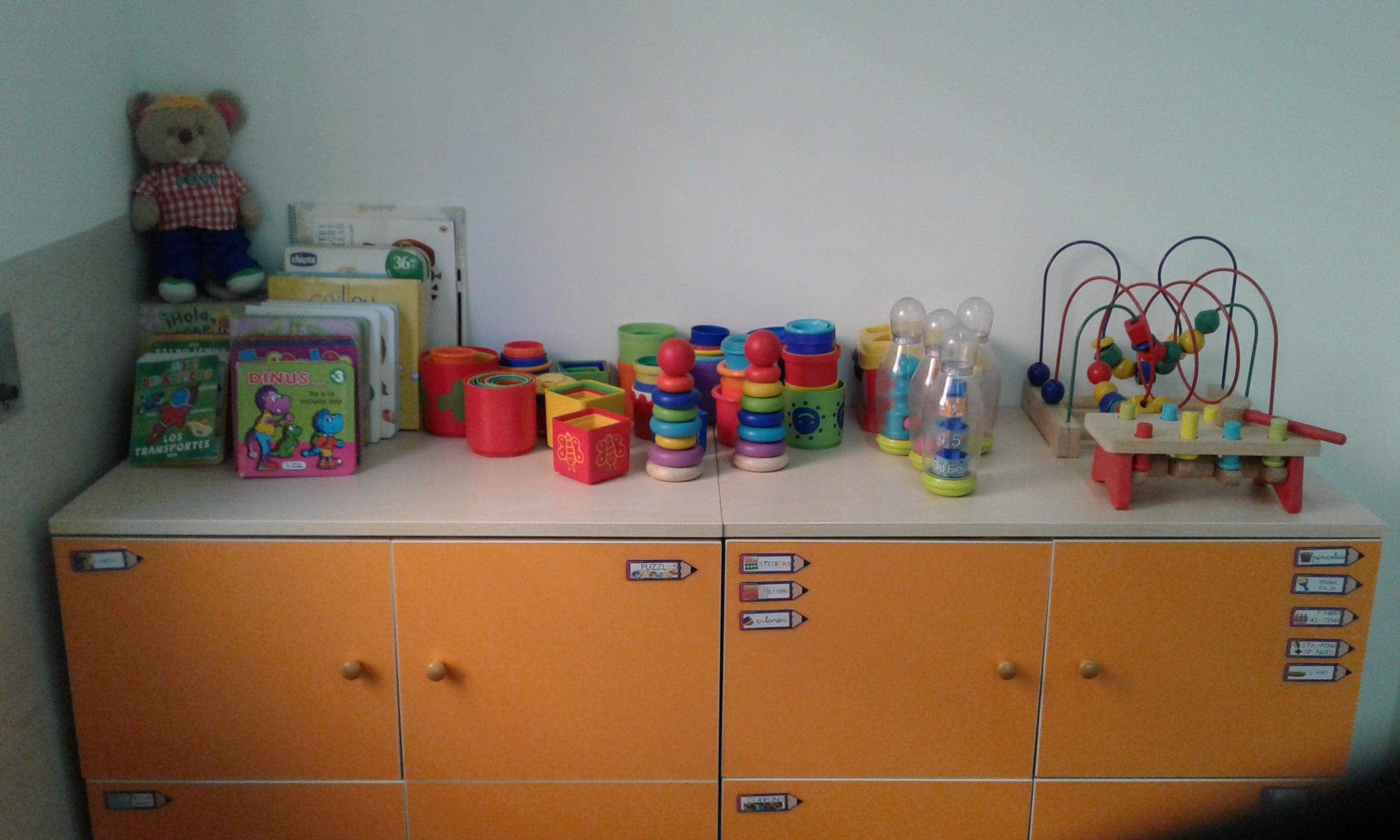 escuela infantil bilingüe en Valencia - estante con juguetes