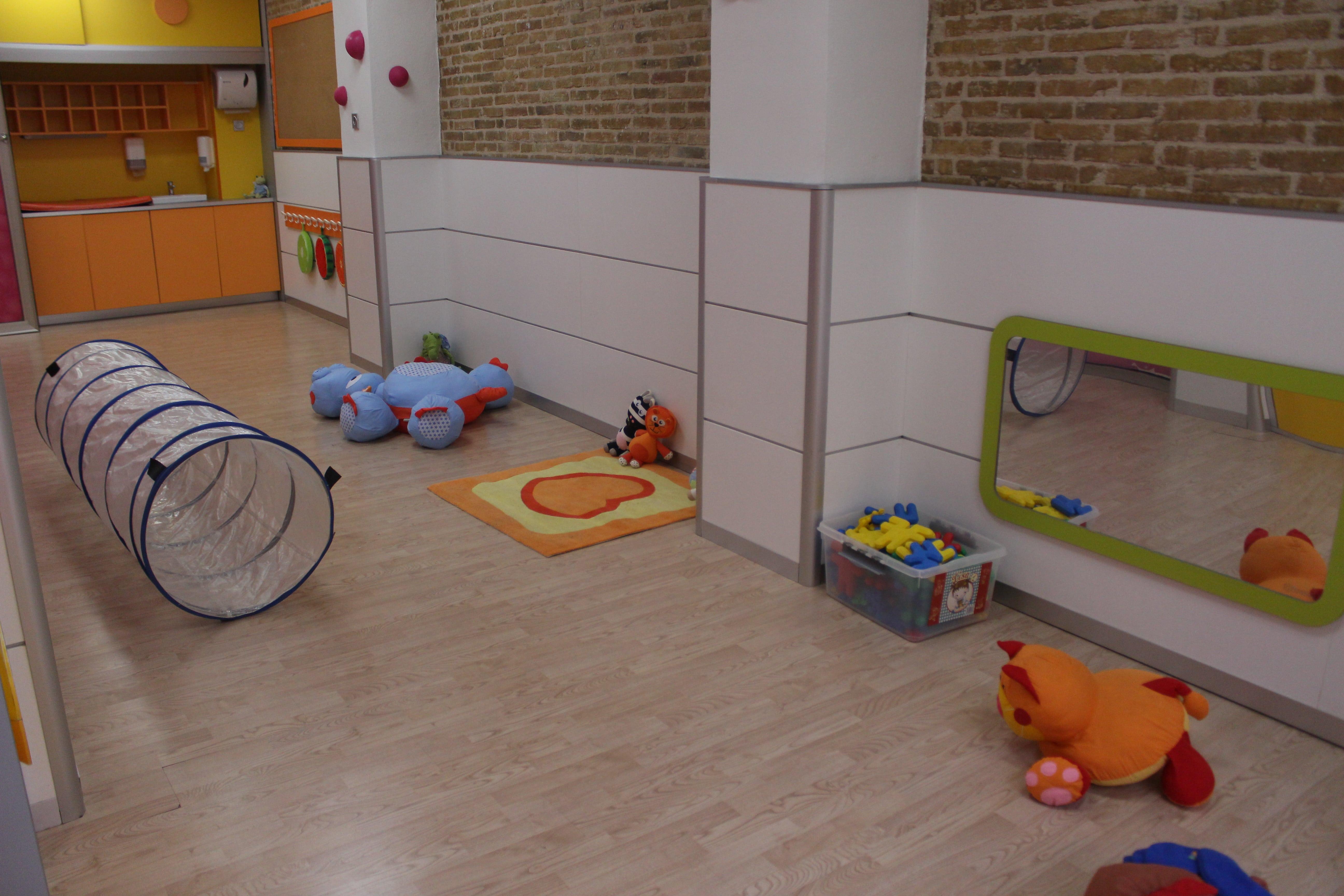 escuela infantil bilingüe en Valencia - juguetes por el suelo