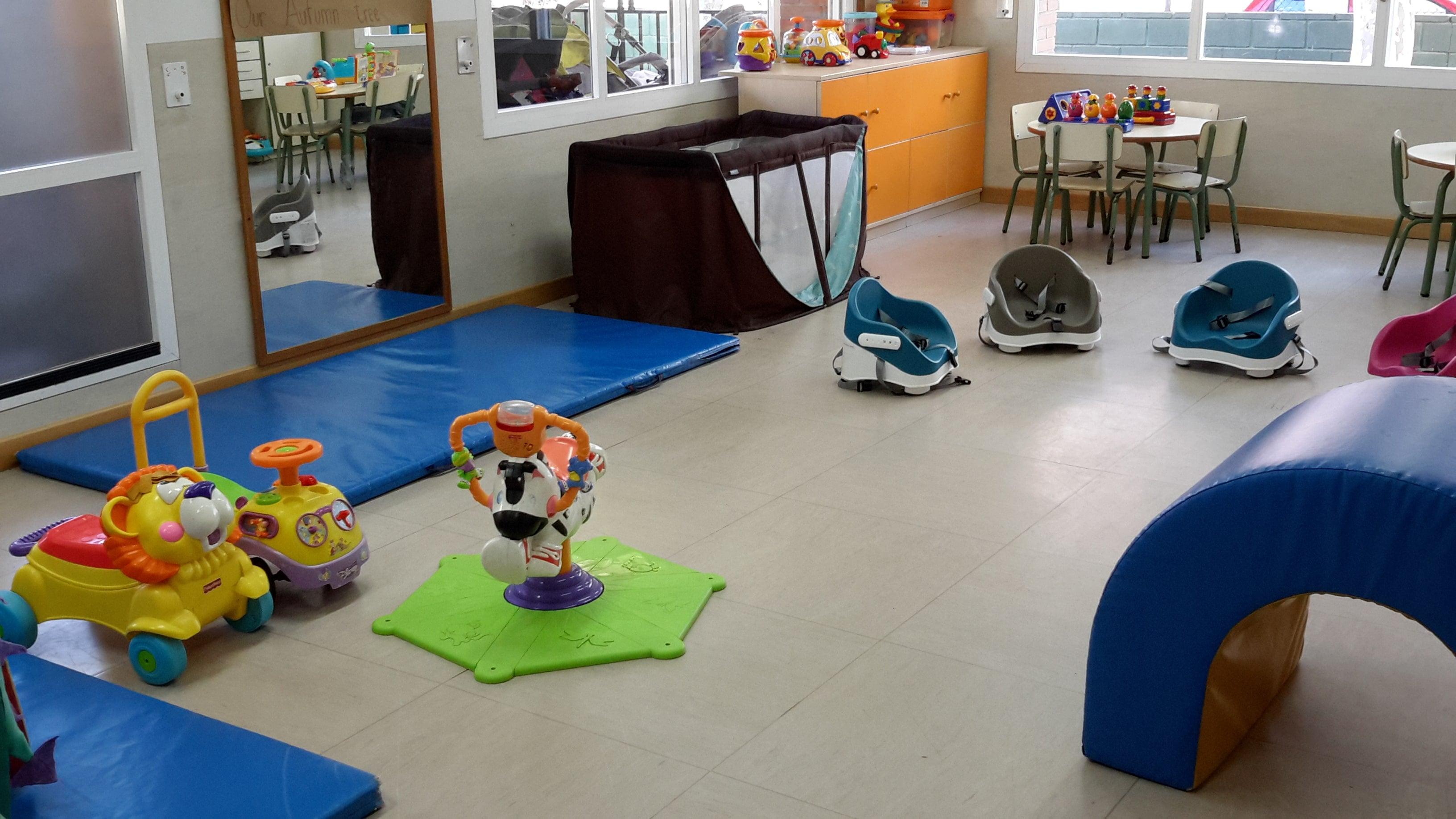 escuela infantil bilingüe en Valencia - juguetes y cuna