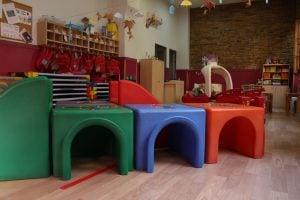 escuela infantil bilingüe en Valencia - mesas de colores