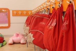 escuela infantil bilingüe en Valencia - mochilas rojas