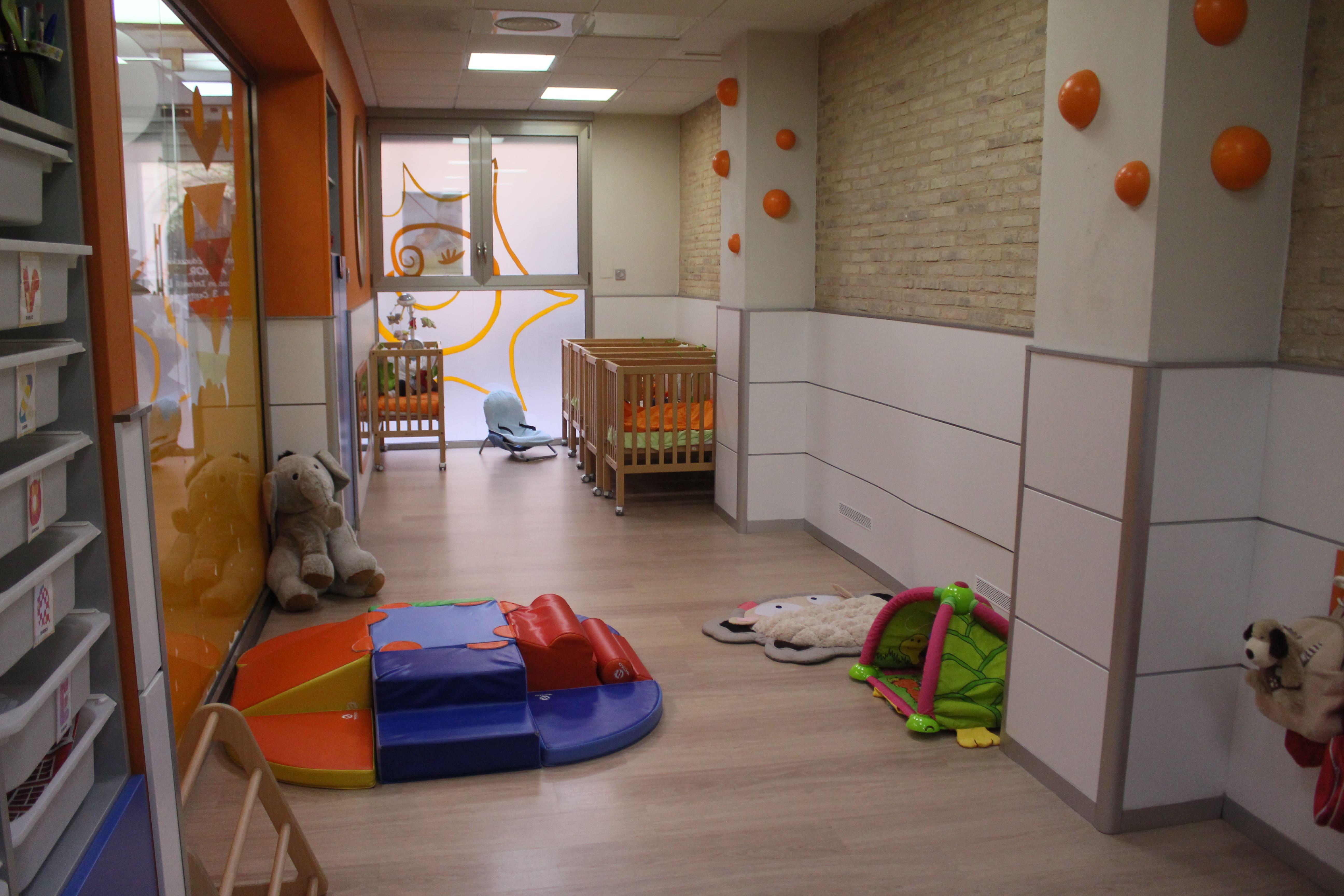 escuela infantil bilingüe en Valencia - pasillo en blanco