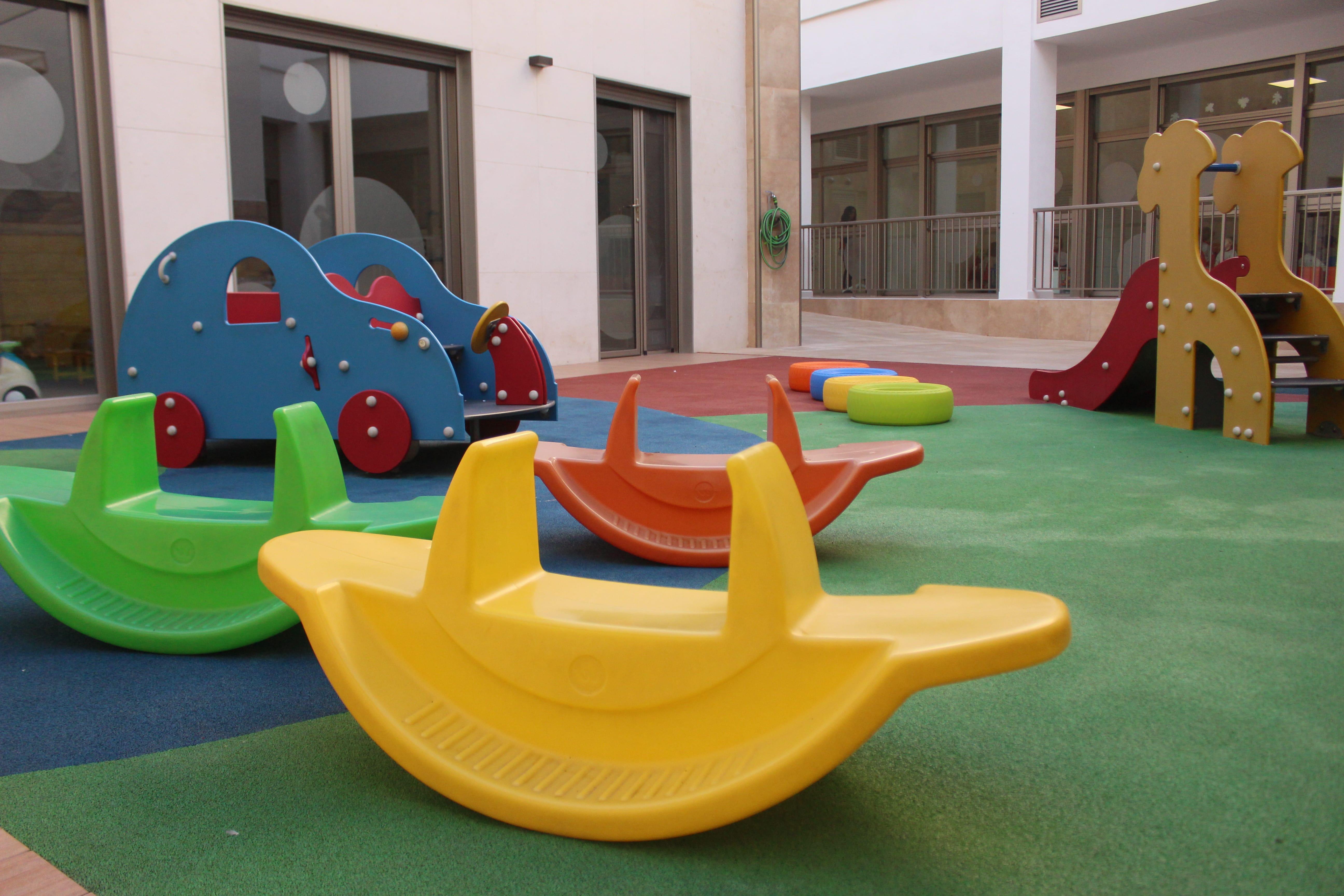 escuela infantil bilingüe en Valencia - patio con balancín