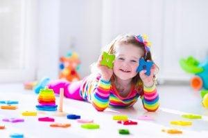 escuelas infantiles en Valencia - niña con piezas de construcción