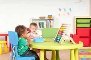 escuelas infantiles en Valencia - niños en la mesa