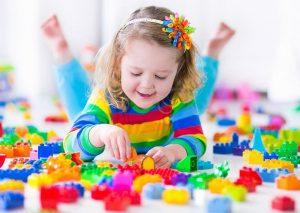 escuelas infantiles en Valencia - niña jugando con piezas