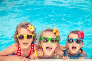 campus de verano para niños en Valencia - niñas en la piscina