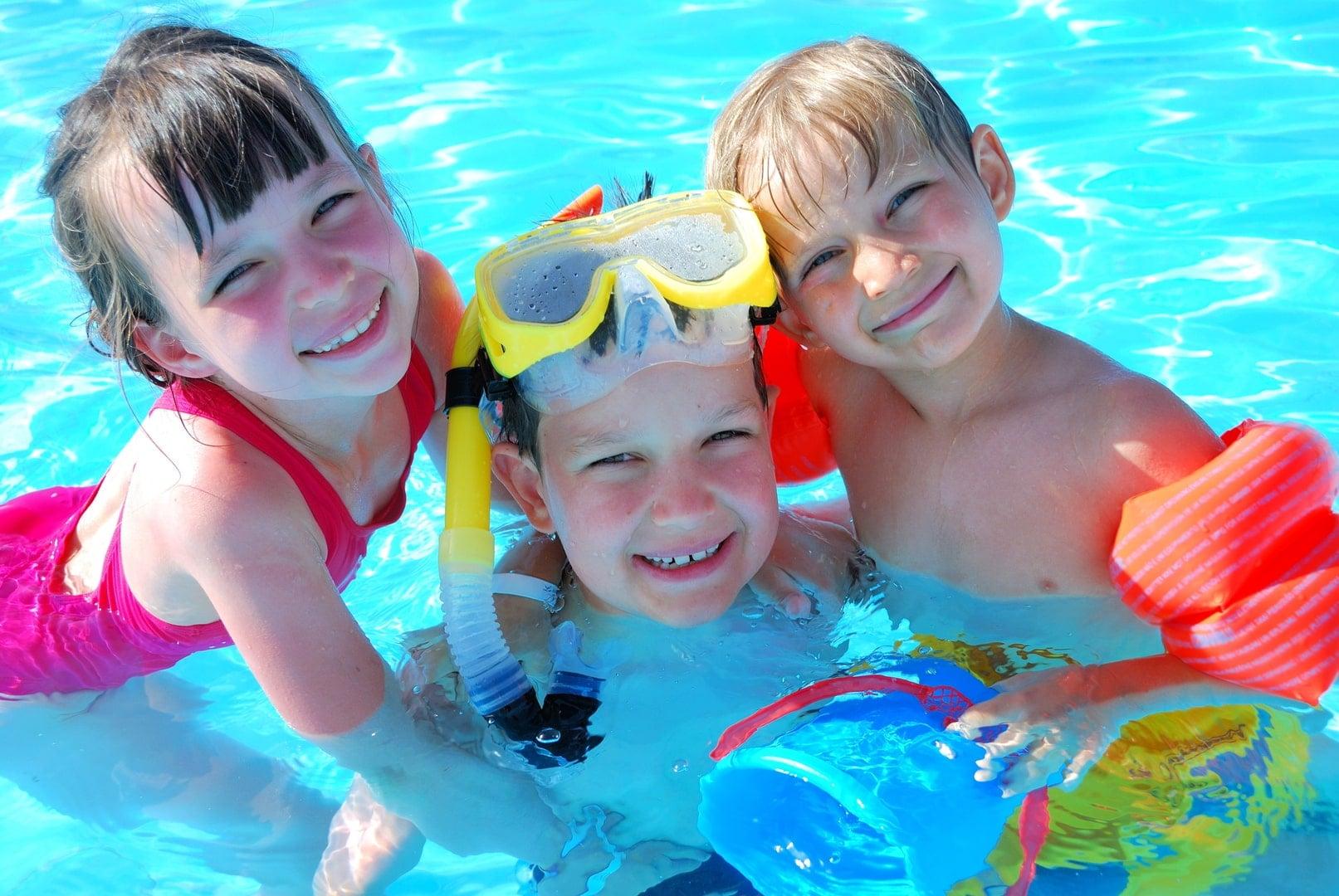escuela de verano para niños en Valencia - niños en la piscina
