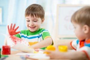 escuela infantil en Valencia - niño con pintura