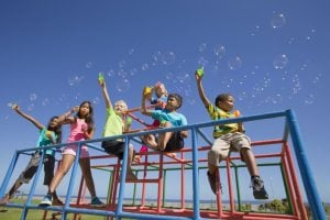 escuelas de verano en Valencia - niños en el parque