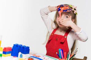 educacion infantil en Valencia - niña con pintura