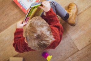 educación infantil en Valencia - niño con libro