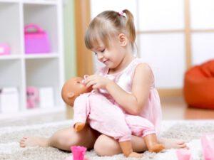 educación infantil privada en Valencia - niña con muñeca