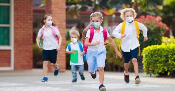 escuela infantil segura en valencia - niños con mascarilla