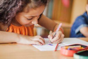 escuela infantil con inglés - escribiendo