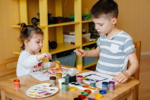 educacion infantil en ingles en valencia - practicando con pintura-
