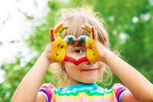 escuelas de verano en valencia - niña con pintura