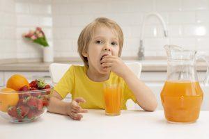 escuela infantil en valencia - niño comiendo