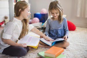escuela infantil en valencia - Niñas estudiando